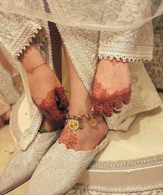 Voici quelques photos du Maroc , un petit aperçu sur l'artisanat marocain , le design marocain , le paysage marocain , un partage pour les amoureux du Maroc et du style marocain صورمن المغرب Une photo plein de couleur, un aperçu de l'artisanat marocain... Moroccan Bride, Moroccan Wedding, Moroccan Caftan, Abaya Fashion, Muslim Fashion, Fashion Outfits, Costume Marie Bleu, Style Marocain, Design Marocain