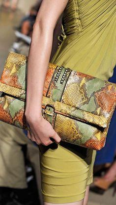 Women's Handbags & Bags : Luxury & Vintage Madrid, die beste Online-Auswahl an Luxus-Kleidung, Accessoires. Sacs Design, Madrid, Fashion Bags, Womens Fashion, Nyc Fashion, Japan Fashion, India Fashion, Street Fashion, Shopper