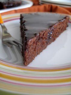 Υγρό κέικ σοκολάτας -χωρίς αυγά- με γλάσο σοκολάτας