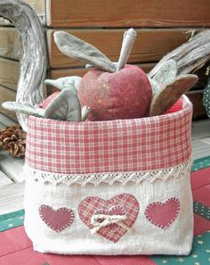 Ulla's Quilt World: Weihnachtsdecken - Diystoffkorb Quilting Projects, Sewing Projects, Fabric Crafts, Sewing Crafts, Fabric Bowls, Sewing Baskets, Creation Couture, Fabric Storage, Patch Quilt