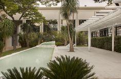 Praça Cor tem elementos e materiais neutros. -  Jardim