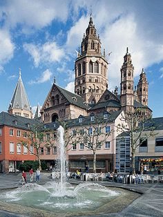 Cathedral of Mainz the catholic cathedral - Der Dom - and fountain