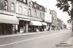 Begin 60er jaren kunnen we goed de winkelpanden van de toenmalige middenstand op het Lindeplein zien. Van l.n.r : Boekhandel Huystee Eyck, Groente en fruithandel Embrechts, Kruidenierswaren Houtvast,Café Eggen, Kachel en haarden en ijzerhandel Eggen,Drogisterij Ruiters Fotograaf Waltmans,Meubelzaak Stoffels.