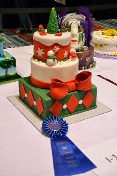 Pretty Christmas cake http://media-cache-ec0.pinimg.com/originals/4c/7f/e5/4c7fe529d8a66ab4a45568c068ae8577.jpg