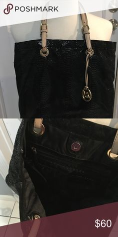 ❤️❤️BEAUTIFUL MK BLACK TOTE PURSE ❤️❤️ Oh my goodness this is gorgeous!!! No flaws.  Clean!!!  We are cleaning out closets and have many designer items that need to find a new closet.  A staple in your wardrobe.  Priced to sell quickly!!! Price is firm unless bundled.  Bundle bundle bundle for additional savings!!! Michael Kors Bags Totes
