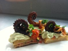 Canapés de Pulpo - Octopus canapes Mexican, Ethnic Recipes, Food, Dishes, Recipes, Octopus, Meals, Yemek, Eten