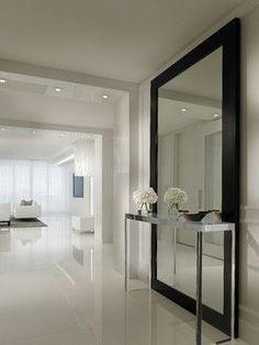 Cuando las habitaciones y pasillos son pequeños o no reciben mucha luz natural, haz magia colocando un espejo grande en una de las paredes. http://www.admexico.mx/diseno/interiorismo/articulos/espejo-diseno-accesorio-decoracion-hogar-casa/1143