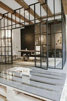 cloison amovible ikea, porte en verre et fer dans la salle de séjour