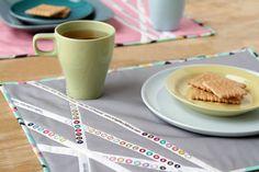 Les lisières, ce sont les bords des tissu, les morceaux que l'on utilise en général pas. Sauf que que l'on peut très bien en faire quelque chose, comme le prouvent les 20 projets que vous découvrirez dans la suite de ce billet. Car les lisières, qui contiennent souvent des petits ronds de couleur et le nom du designer, peuvent être assemblées entre elle comme pour un patchwork. On obtient alors un tissu graphique, rayé, qui fait penser à des coups de peinture.  Plus de 10 projets de c...