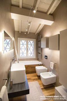 Layout is nice. modernes Badezimmer mit Parkett Layout is nice. modern bathroom with parquet White Bathroom, Modern Bathroom, Small Bathroom, Minimal Bathroom, Remodeling Mobile Homes, Home Remodeling, Bathroom Remodeling, White Beams, White Walls