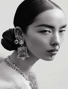 No word on the jewellery here. Model Fei Fei Sun by Mert and Marcus for Italian Vogue, June The marriage of street and upper echelon bling - multiple piercings in diamonds and gems. Face Reference, Photo Reference, Anatomy Reference, Fotografie Portraits, Fotojournalismus, Kreative Portraits, Alas Marcus Piggott, Photographie Portrait Inspiration, Ansel Adams