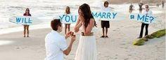 hier zie je een man die zijn vriendin vraagt om met hem te trouwen omdat ze zo verliefd op elkaar zijn.