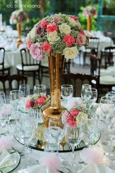 wedding table centerpieces in beige and pink flowers with gold details