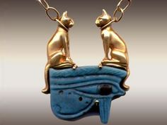 Egito colar Ancient Egyptian Amulet Necklace with Faience Eye-of-Horus (Circa 200 BC) accented by two 18 karat Yellow Gold Bastet Cats. Egypt Jewelry, Cat Jewelry, Jewelry Art, Antique Jewelry, Jewelery, Gold Jewelry, Viking Jewelry, Crystal Jewelry, Objets Antiques