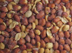 Veja como fazer o melhor petisco de todos de uma maneira muito prática! Amendoim torrado no microondas e salgadinho, ficam deliciosos! #amendoim #penults #festajunina #petisco