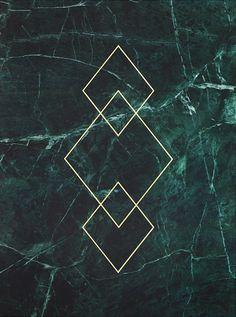 Goldposter mit Muster auf grünem Marmor.