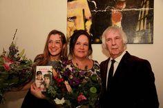 Hommage aan Herman Brood - Dochter en weduwe van Herman Brood, Lola en Xandra Brood met Jan Verschoor, directeur van het museum Jan van der Togt