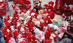 الحب يمر خجولًا في دمشق واللهث وراء…: يطل عيد الحب هذا العام خجولا في شوارع دمشق، فلولا عروض بعض المحلات وإعلانات بعض المطاعم الصغيرة عن…
