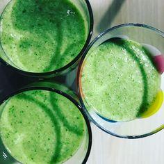 Leckerer Smoothie zum Frühstück – grün - Smoothie mit Banane, Apfelsaft, Leinöl und Radieschenblättern - ultragesund und sehr lecker - schmeckt auch den Kindern
