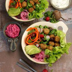 Falafelbowl med rödbetstzatziki och myntasås - Recept - Tasteline.com