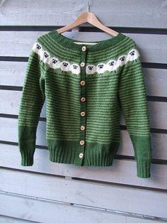 SINNASAUJAKKA (.pdf-fil) - Strikk innom! Motif Fair Isle, Fair Isle Pattern, Knitting Designs, Knitting Projects, Knitting Patterns, Crochet Woman, Knit Crochet, Fair Isle Knitting, Cardigan Pattern