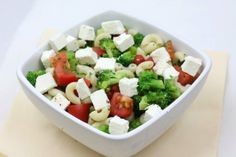 Sałatka z makaronem, brokułem i fetą