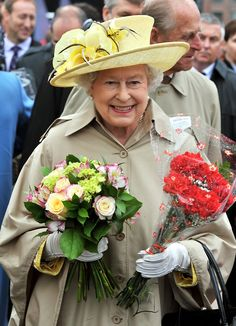 Queen Elizabeth II is presented with flowers on a walk-about at the Garrison on June 2010 in Halifax, Canada. The Queen and Duke of Edinburgh are on an eight day tour of Canada starting in. Hm The Queen, Royal Queen, Her Majesty The Queen, Save The Queen, Princess Margaret, Princess Diana, Queen Hat, Foto Real, British Royal Families