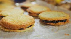 A jó kekszeket mindenki szereti, de miért vennétek mindig bolti cuccokat, amikor ezeket a recepteket eszeveszetten gyorsan össze lehet dobni? Arról már nem is beszélve, hogy sokkal finomabbak, mint a futószalagon gyártott változatok. Összeállítás 15 perc, sütési idő 15 perc,…