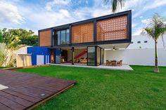 Construído na 2015 na Merida, México. Imagens do Tamara Uribe. O projeto consistiu em integrar um loft multifuncional em um jardim de uma casa existente. Os donos, ao adquirir o lote contíguo a sua casa queriam...