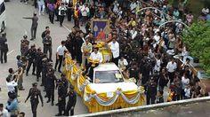 Wagen mit dem Sarg von Luang Pho Koon