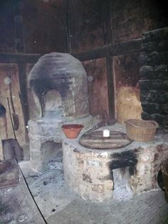 The kitchen has been equipped with pots, baskets and cooking utensils copied from those of the Tudor period.