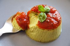 Flan de courgettes au basilic à la sauce tomate pour bébé - une recette de Régalez Bébé. C'est la pleine saison des courgettes ! Moelleux et fondant à la fois, ce flan pour bébé de courgettes au basilic est TOUT DOUX pour les papilles de nos petits gourmets. Mais heureusement pour nous, cette recette estivale fera également le Bonheur de toute la famille. A déguster avec un coulis de tomates froid ou tiède. Une recette originale pour faire manger des courgettes aux enfants.