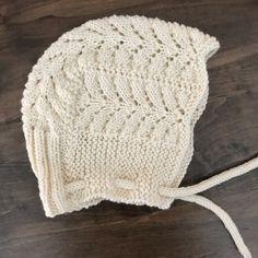 Ravelry: Petits Pins Bonnet pattern by Espace Tricot Baby Bonnet Pattern Free, Free Baby Patterns, Crochet Baby Bonnet, Baby Hat Knitting Pattern, Baby Hats Knitting, Lace Patterns, Knit Or Crochet, Knitting Patterns Free, Knitted Hats