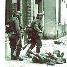 Lille Jiuin 1940, un soldat français blessé demandant de l'aide aux soldats allemands.