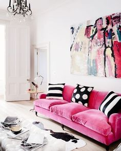 Nada contra o branco mas você já pensou em ter um sofá colorido na sua sala? Ele será literalmente o centro das atenções. Mas se você acha que para isso terá que diminuir ou até tirar as cores de outros objetos ou parede está muito enganada.