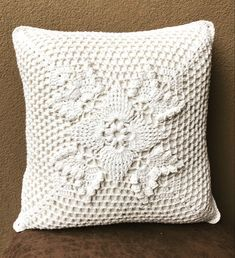Throw Pillows, Crochet Doilies, Towels, Recipes, Toss Pillows, Crochet Edgings, Dressmaking, Pillows, Cushions