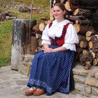 Valašský ženský kroj - rozkresy a popis jednotlivých částí, šití na zakázku (15000Kč).