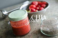 Klasická jahodová marmeláda je plná cukru, díky kterému se jahody zahustí. Chia vám udělají úplně stejnou službu jako cukr, a přitom do sebe dostanete velkou dávku superpotravin a ušetříte své tělo od spousty nezdravých sacharidů.