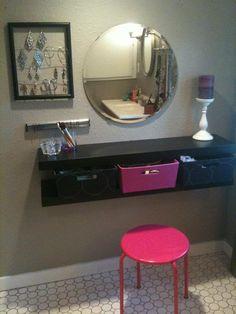 Inspiração para penteadeira em shelving system. - 2 prateleiras com caixas entre elas para guardar cosméticos.  - Espelho largo e clean