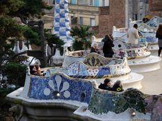 """""""Plaza de naturaleza"""" Sostenida por 86 columnas formando un gran porche en su parte inferior. Es una plaza de tierra bordeada de bancos realizados en mosaico, típicamente gaudinianos, forman una larga serpiente ondulada. En ella se celebran todo tipo de actos lúdicos. Las vistas de Barcelona que se contemplan son realmente dignas de ver."""