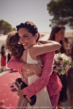 Vestido encaje rosa MSGM para Moca Couture y tocado diadema con redecilla Marian Moneo de Eugenia Silva