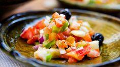 La vinagreta que hoy aprendemos a preparar es perfecta para acompañar carnes, pescados e incluso verduras.