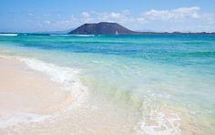 Corralejo, Flaf Beach con, sullo sfondo, l'isolotto di Lobos e Lanzarote.