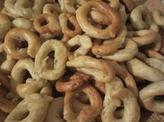 taralli - when my Nona and Papi make these we always called them tadals. They can be made sweet or savory and are an awesome snack at the holidays recipes italian Italian Snacks, Italian Desserts, Italian Dishes, Italian Recipes, Italian Foods, Italian Entrees, Easter Recipes, Dessert Recipes, Pain Pizza