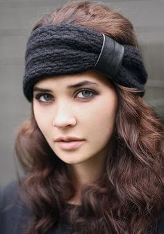 Keep warm and stylish in our black . - # hair band # keeping # sw .- Keep warm and stylish in our black . - # hair band # keeping # sw . Headband Laine, Knitted Headband, Knitted Hats, Chunky Knitting Patterns, Crochet Patterns, Black Hair Band, Tricot D'art, Knit Crochet, Crochet Hats