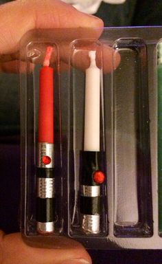 DIY Star Wars Lightsaber Candles picture only no instructions maybe with tape. Bd Star Wars, Tema Star Wars, Star Wars Bb8, Star Wars Party, Sabre Laser Star Wars, Diy Star, Aniversario Star Wars, Star Wars Cake Toppers, Star Wars Crafts