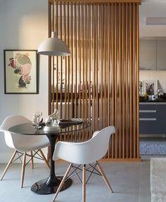 Divisórias de madeira separando sala de jantar e cozinha