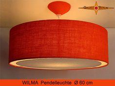 Loungeleuchte WILMA Ø 60 cm. Pendellampe mit Lichtrand-Diffusor in weiß aus Baumwoll-Leinen und passendem Baldachin in orangefarbener Jute / Rupfen.  Einladend schön wirkt die orangefarbene Jute. Die schöne Struktur des Gewebes kommt bei Beleuchtung zur besonderen Geltung und verbereitet im Raum ein natürliches, warmes Licht. Der Lichtrand setzt zusätzlich einen ganz besonderen Akzent