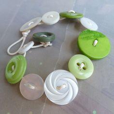 Es fácil ser verde combina botones reciclados en color blanco y varios tonos de verde. Conveniente para el desgaste de los hombres o las mujeres; se
