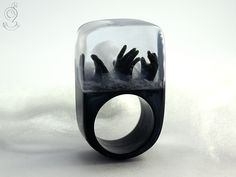 Zombie – creepy undead ring with three black hands and fog on a black ring made of resin   ///// © Isabell Kiefhaber www.geschmeideunterteck.de